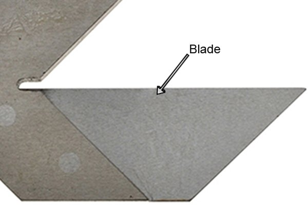 The blade of the centre square bisects the arms with its straight edge. It is used to guide a scriber across the workpiece. The intersection of the lines scribed indicates the location of the centre point.