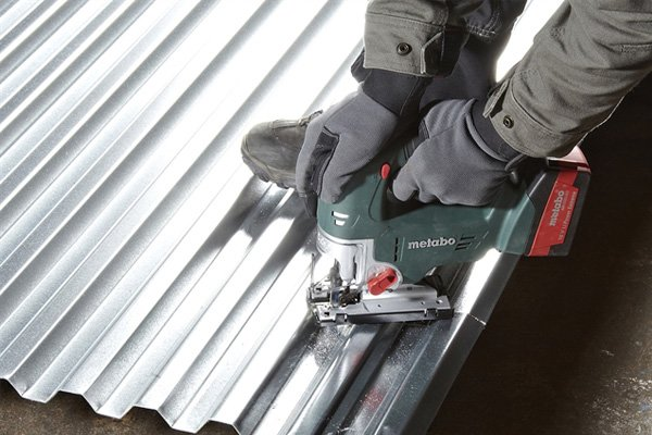 Cutting corrugated metal with jigsaw, heavy-duty cutting, cutting metal with jigsaw, cordless jigsaw, using jigsaw out on-site
