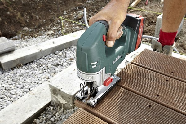 Making clean cut with cordless jigsaw