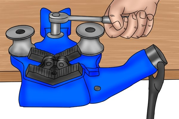 Step 1 - Secure chain pipe vice Secure your chain pipe vice to either a workbench or a tripod stand.