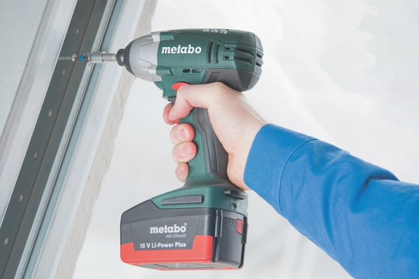 Controlled use of a cordless impact driver