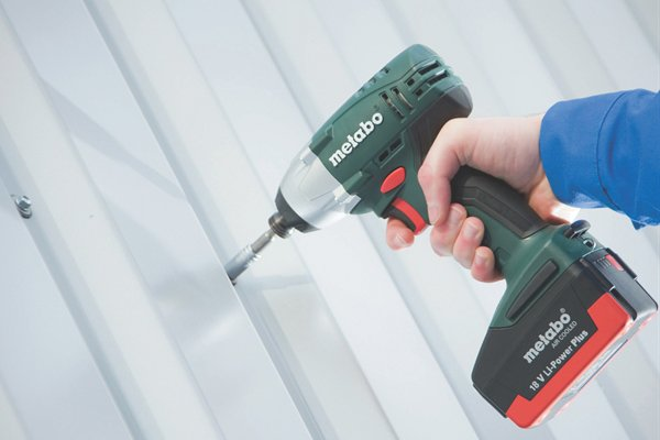 Holding a cordless impact driver whilst drilling into metal